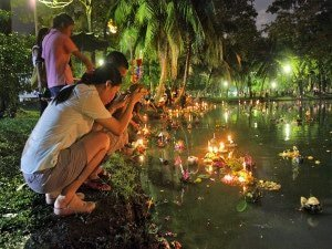loy kratong river offering